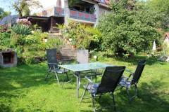 Terrasse mit Sitgruppe, Blick zum Haus